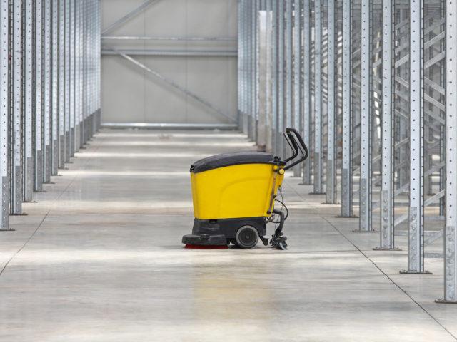 renholdsmaskin i lagerbygning, foto