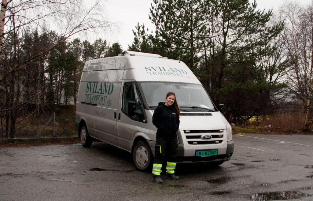 Sjåfør Janne foran varebil
